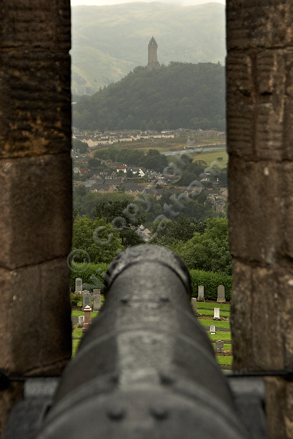 Wallace Monument under fire from Stirling Castle